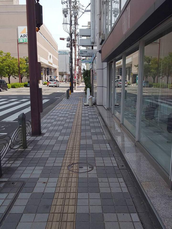 交差点まで行き右に曲がっていくとビルの入り口があります。