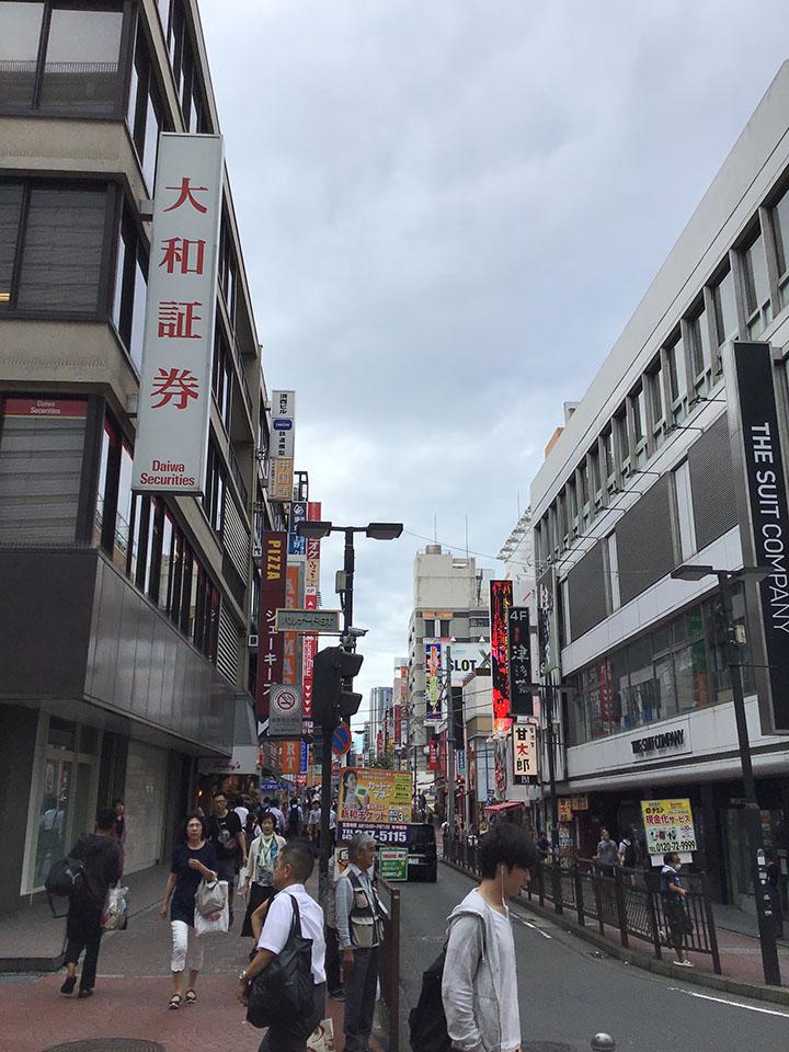すぐ大和証券さんがあり、建物を左折