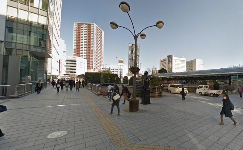浜松駅北口広場の左側へ進みます。