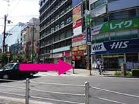 矢印の通りにピタットハウスさん側に道路を渡ってください。
