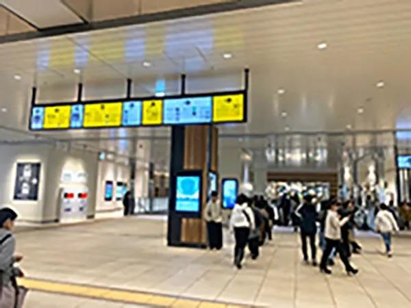 JR千葉駅の東口方面エスカレーターを降りてください。