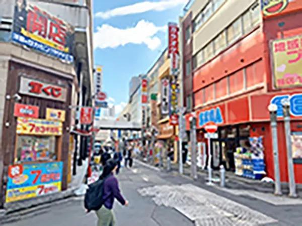 ゲームセンター(SEGA)と宝くじ売り場の通りを道なりにお進みください。