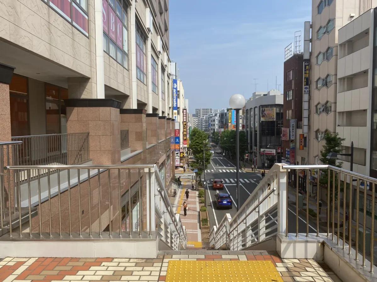 ココカラファインの入るビルを左手にして階段を降ります。