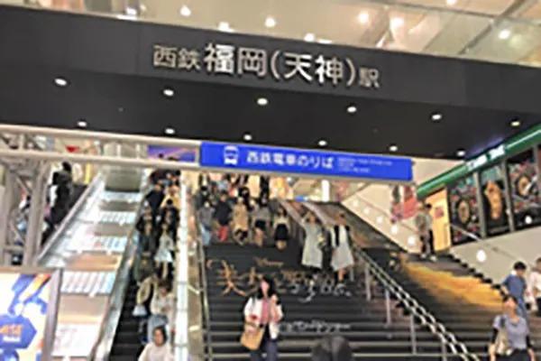 西鉄福岡天神駅(ソラリアビジョン前)からマクドナルド方面に向かっていただきます。