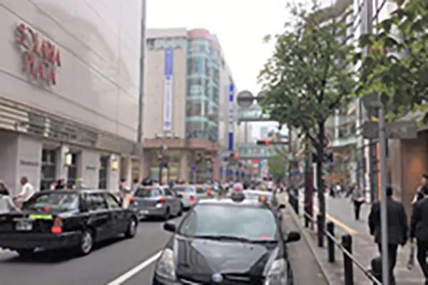 そのまま岩田屋方面に向かい突き当りの西通りまで直進してください。