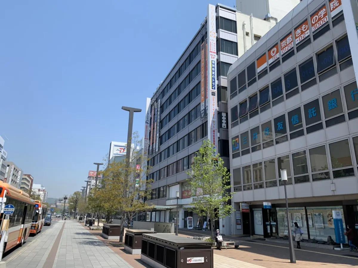 三井住友信託銀行の左横、姫路駅前ビルの5階でございます。