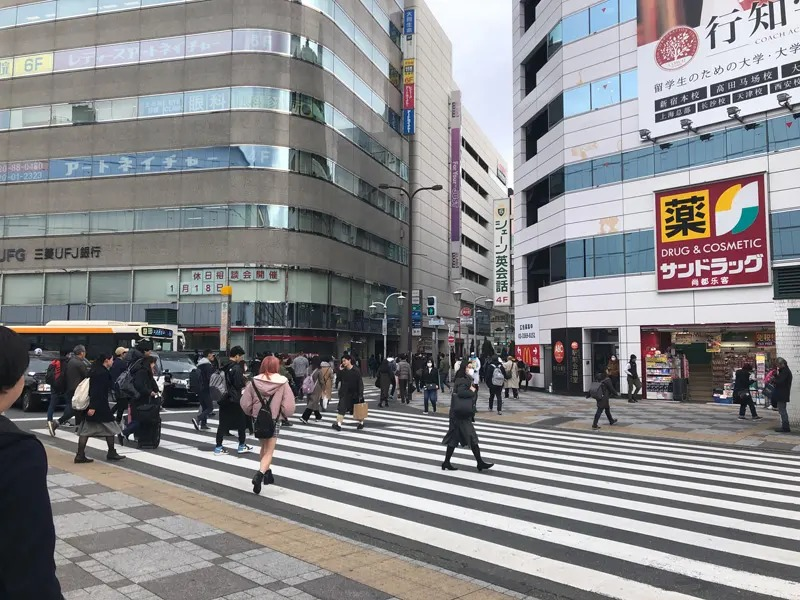 三菱UFJ銀行・サンドラッグの間の道を真っすぐ進みます。ヤマダ電機(LABI)が左手に見えて参りますが、さらに真っすぐお進みくださいませ。