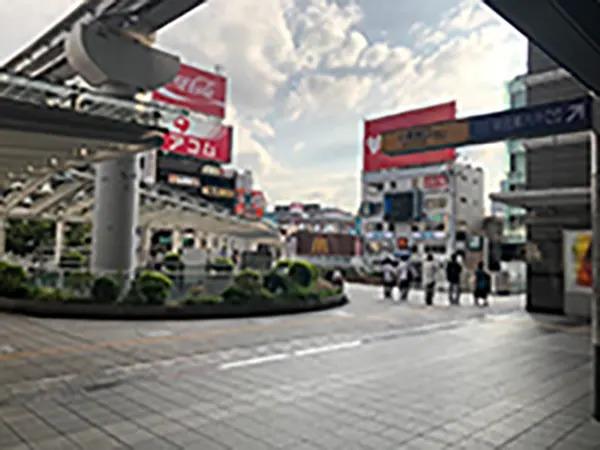 小倉城口出ていただき遊歩道右側に降りてください。