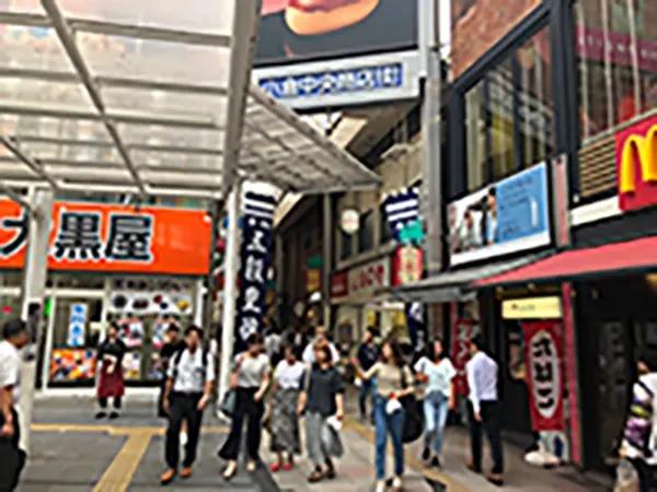 マクドナルド左側の小倉中央商店街に入ります。