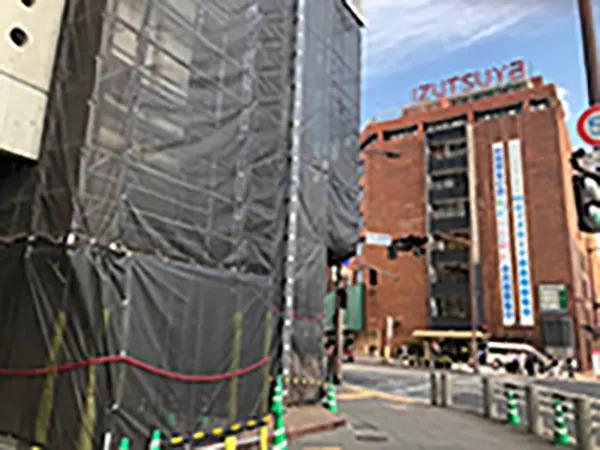 すぐ交差点に出ますので左手前の一階に大信薬局が入るビルの4階でございます。※現在ビル外壁工事中