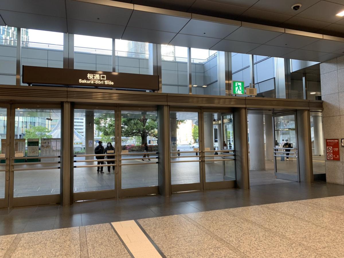 名古屋駅桜通口出ていただき、右手にお歩きください。