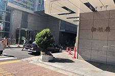 反対方向に進み、松坂屋南館と本館の間を右手に曲がってください。