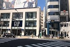 そのまま、GAP側に横断歩道を渡ってくださいませ。