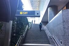 階段を登っていただきます。