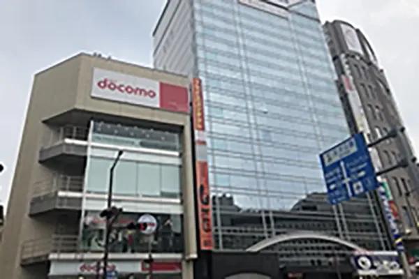 道のりに沿ってdocomo前の横断歩道を渡り、三井住友銀行まで進んでください。