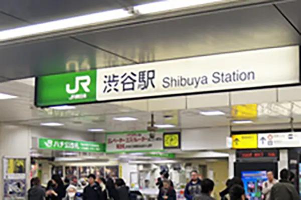 渋谷駅ハチ公改札渋谷駅前交番を背にしてお進みいただくと、目の前にスクランブル交差点が見えます。