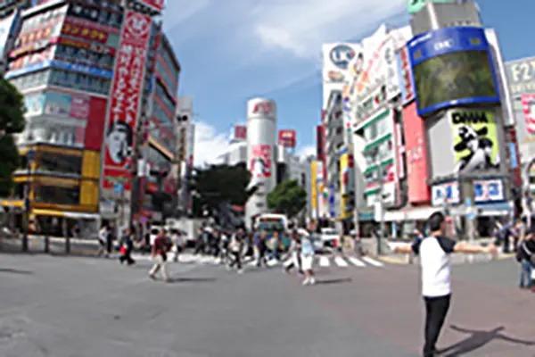スクランブル交差点を、TSUTAYA方面にお渡りください。