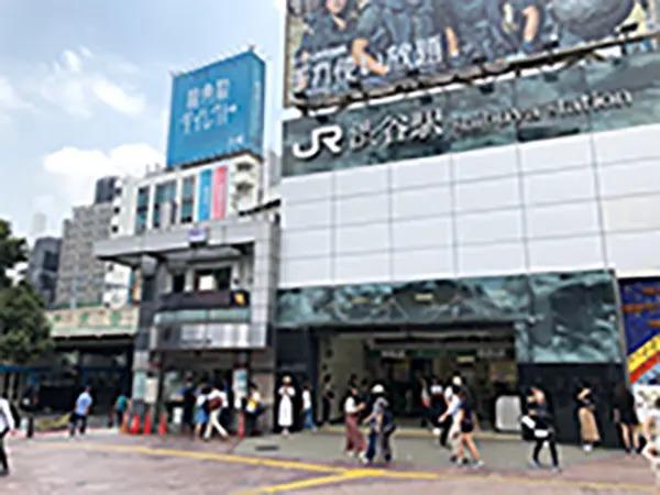 渋谷駅ハチ公改札渋谷駅前交番を正面にし、交番左の高架下歩道を直進してください。