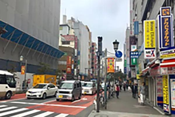 交差点を越えて右側の道路を進んで下さい。