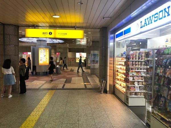 心斎橋駅の北改札口を出て、右手にある出口②(四ツ谷駅方面)に進んで頂きます。