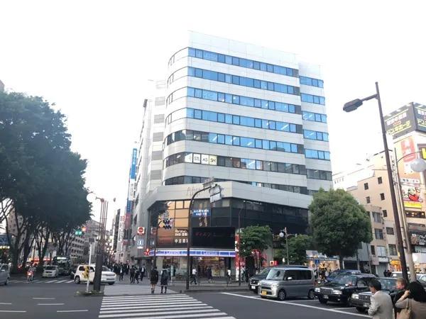 交差点を渡っていただき、1階にローソンとガストが入ったビルの5階にございます。