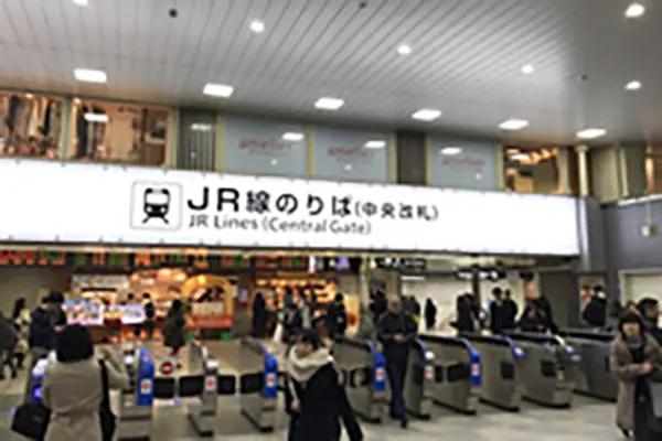 JR線天王寺駅中央改札を出て左側、南口へお進みください。