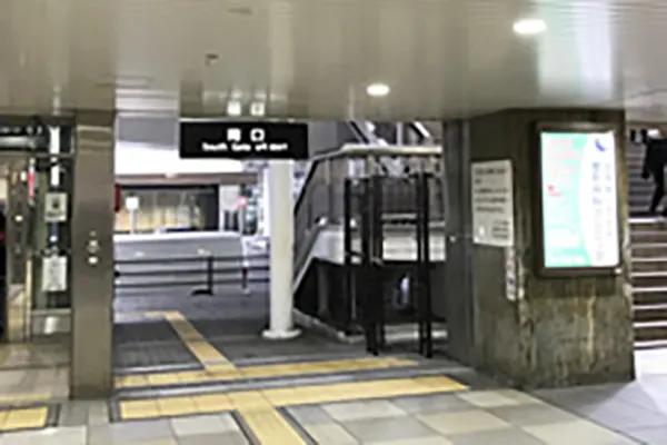 南口に到着しましたら、エレベーターもしくは階段で歩道橋へ上がります。