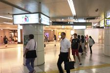 御堂筋線梅田駅南改札を出ていただき、左手阪急方面にお進みください。