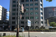そのまま出ていただくと、阪急メンズ館の前に出るので右手の曾根崎警察署前まで、道を渡ります。