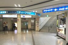 大阪府警察 コミュニティープラザ横の階段(H60出口)を上がります。