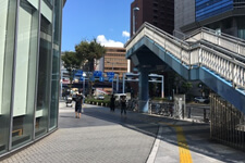 梅新の交差点まで直進し、突きあたりを左に曲がって下さい。 (歩道橋があります。)