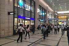 阪急内を右折し、そのまままっすぐ進みます。くだりエスカレーターの手前を、左に曲がってください。(紀伊国屋書店を通り過ぎます。)