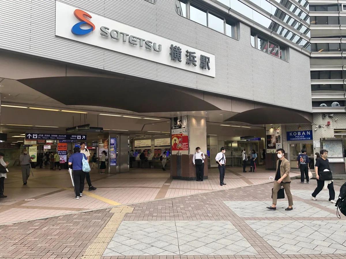 JR横浜駅、みなみ西口に出てください。