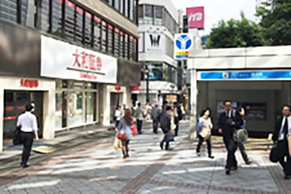 スーツカンパニーと大和証券がある角を左に曲がっていただきます。