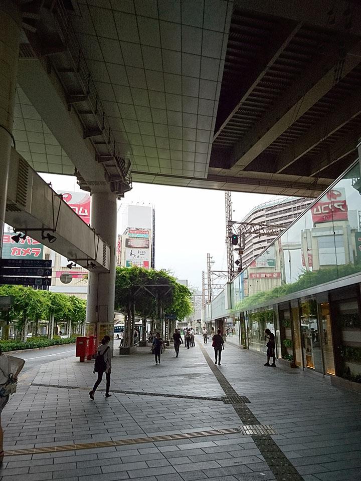 中央東口改札を出てエスカレーターを二つおります。そのまままっすぐ行くと数段の降りる階段を下りてください。