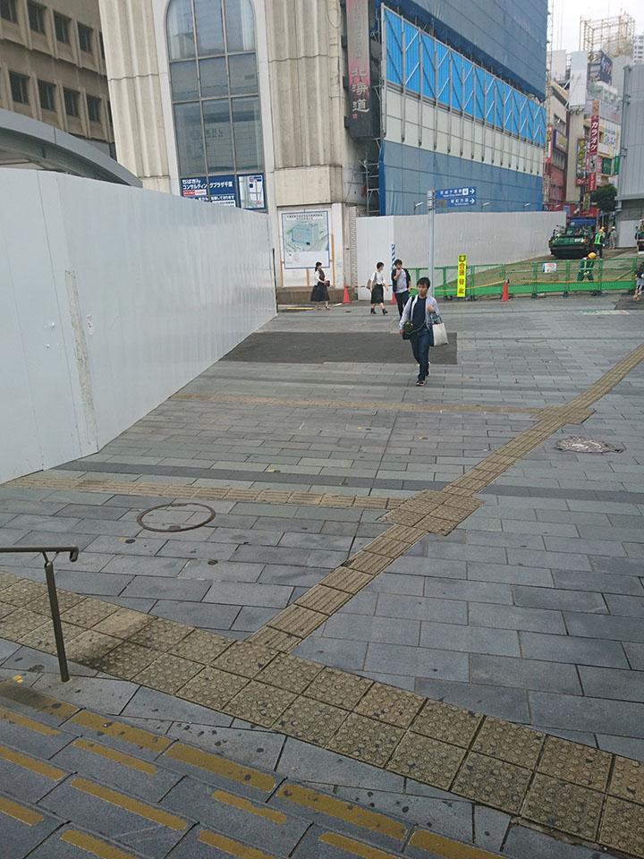 写真の茶色いビルが見えたら左に曲がりすぐ右に曲がってください。