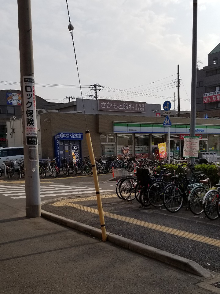 ファミリーマートの脇の横断歩道を渡って真っ直ぐ進みます。