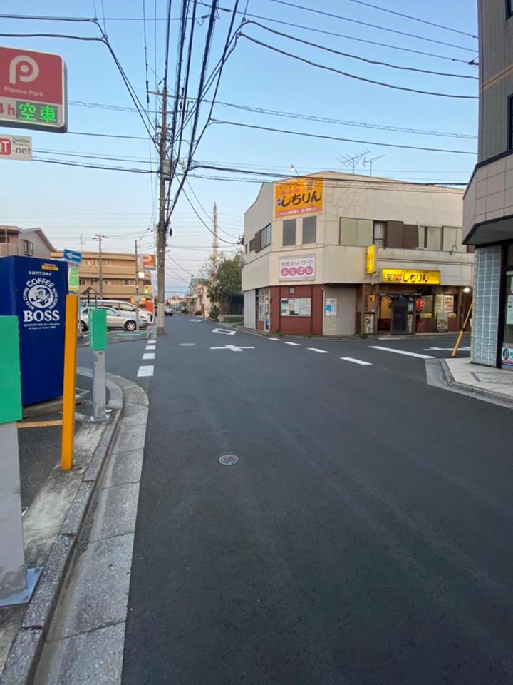 キレミカ東船橋駅前店を右手に直進していただき、3つ目の路地を左折します。