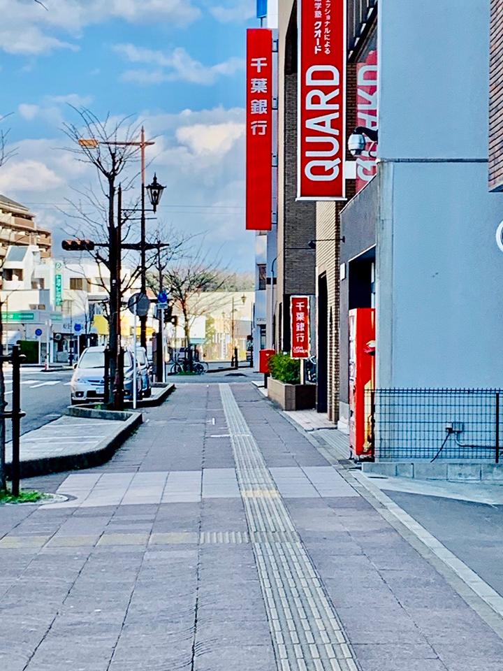 千葉銀行を右手にさらに進みます。