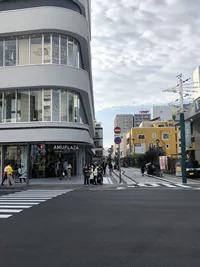 歩道を渡って頂くと、右側に英進館・左側にアミュプラザやま館がございます。