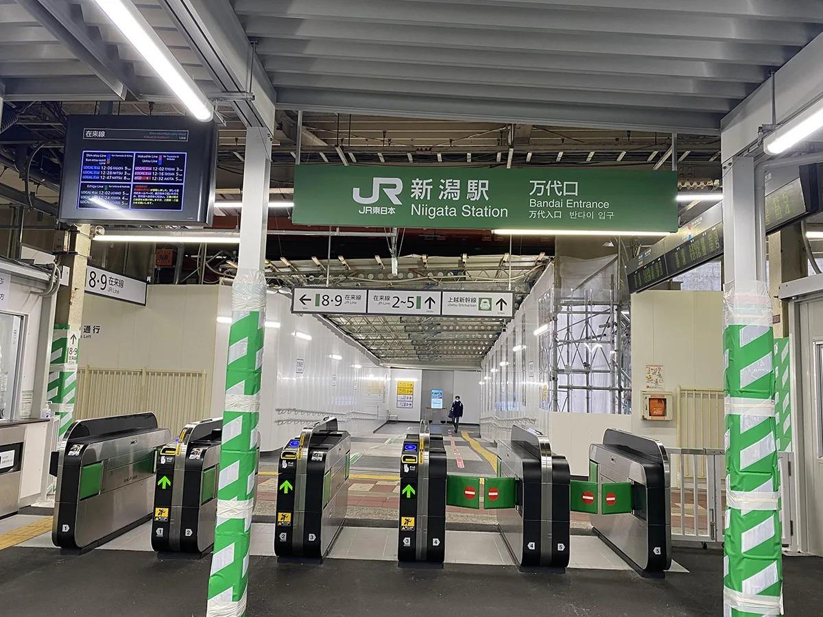 JR新潟駅の万代口を出て道なりに進んでください。