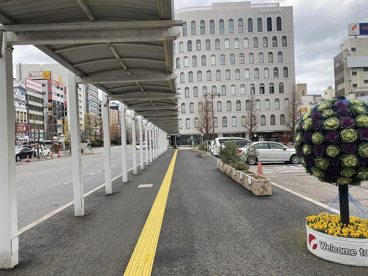 バスの降車場がある通りを進みます。