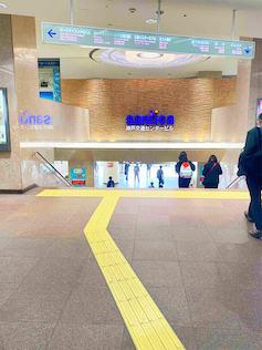 JR三宮駅西口、阪急神戸三宮駅東口をでて、南側に進んで、階段を降りて下さい。