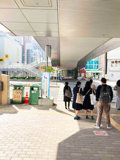 向かい側にファミリーマートが見える横断歩道を渡り、真っ直ぐ進んで下さい。