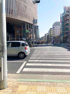 左側に神戸国際会館が見えてきます。神戸国際会館前の神戸を渡り真っ直ぐ進んで下さい。
