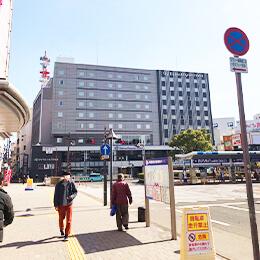 徳島駅で下車し駅を出たら左手の「ダイワロイネットホテル」の方へお進みください。
