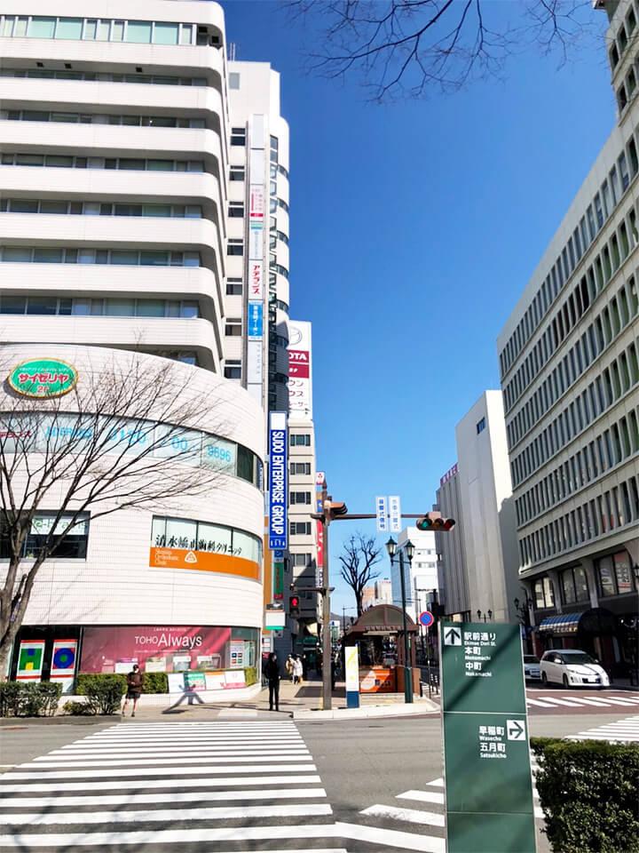 JR福島駅東口から駅前通り方面へ、横断歩道を直進します。