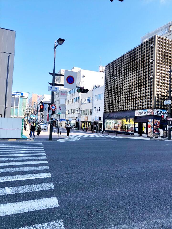 左手にAXCがある栄町交差点を直進します。