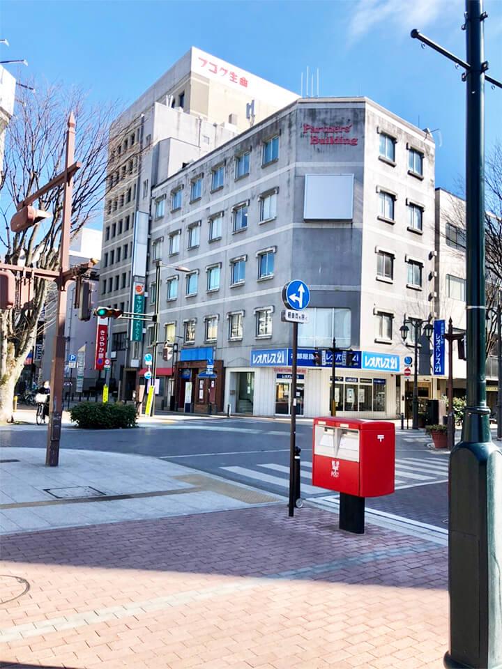 常陽銀行、レオパレスのある交差点を、ポスト右手に渡ります。