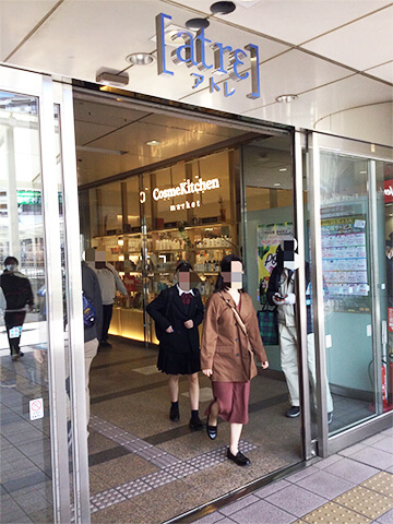 JR川越駅の改札を出て、東口を出ますと、左手にアトレがございます。